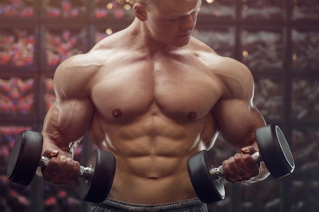 Homem de aptidão bombeando os músculos do braço