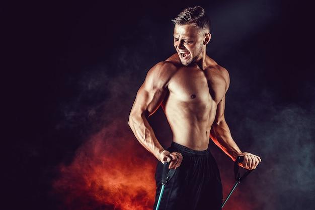 Homem de aptidão exercitando com banda de alongamento