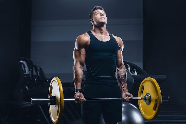 Homem de aptidão muscular esporte malhando na academia