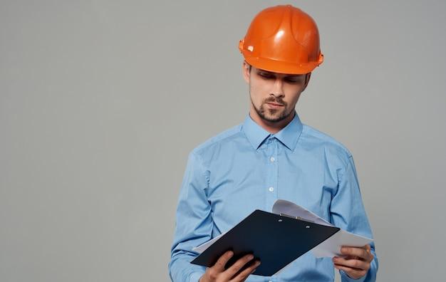 Homem de arquitetura engenheiro civil no capacete laranja.