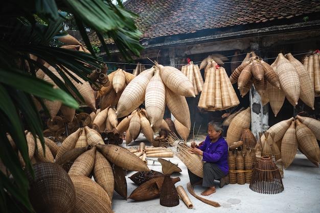 Homem de artesanato do vietnã