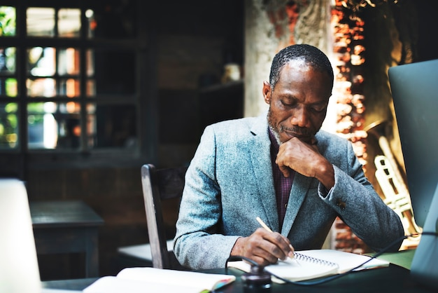 Homem de ascendência africana trabalhando