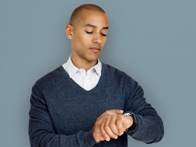 Homem de ascendência africana, verificando o conceito de relógio