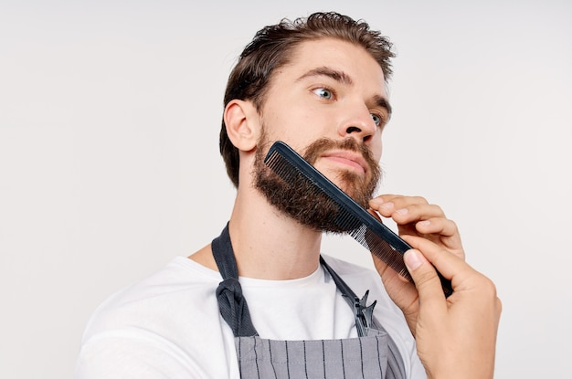 Homem de avental barbearia corte de cabelo prestação de serviços