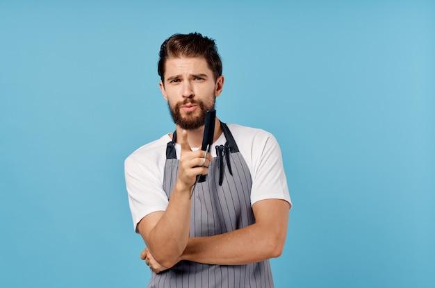 Homem de avental tesoura pente prestação de serviços
