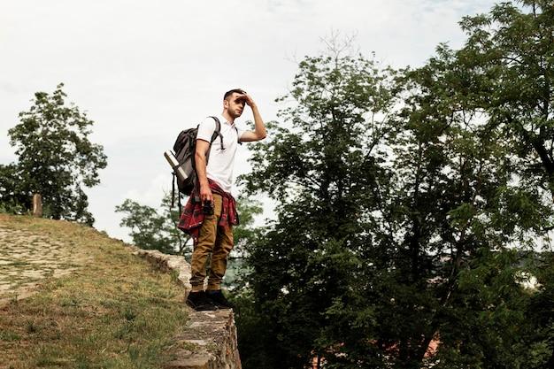Homem de baixo ângulo com câmera viajando