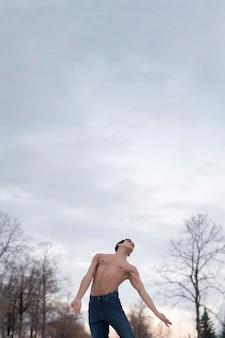 Homem de baixo ângulo, realizando balé