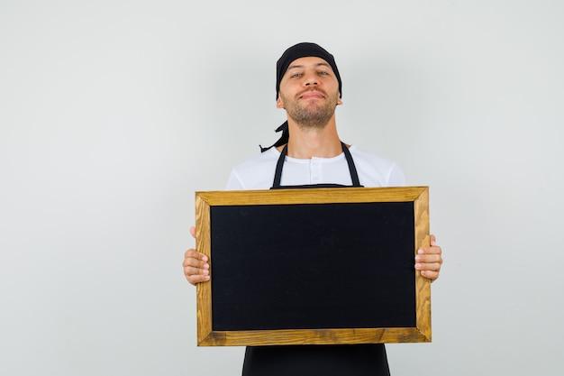 Homem de baker segurando uma lousa em uma camiseta