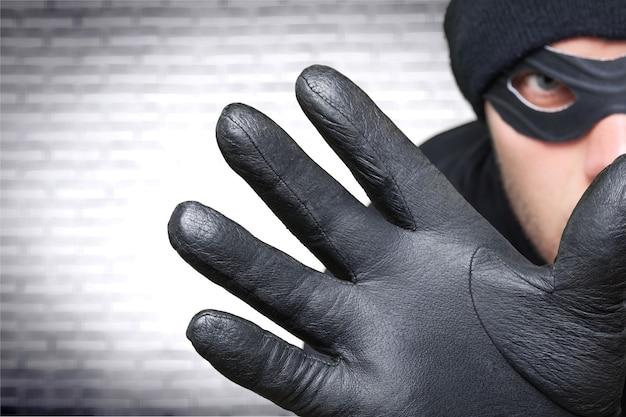 Homem de balaclava preta no fundo