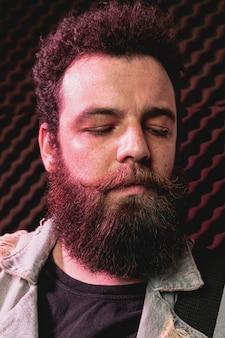 Homem de barba close-up com os olhos fechados