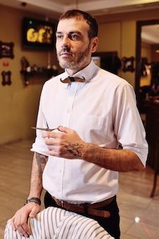 Homem de barbeiro elegante, preparando-se para trabalhar