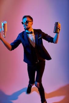 Homem de barman malabarismo garrafas e agitando, em rosa