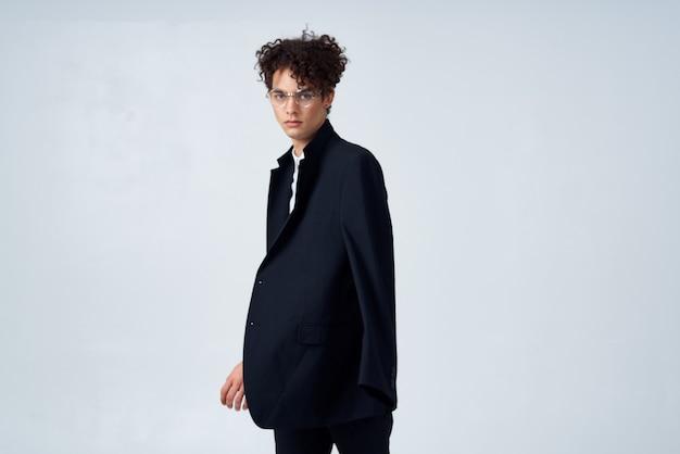 Homem de blazer preto, cabelo cacheado, moda, estilo moderno
