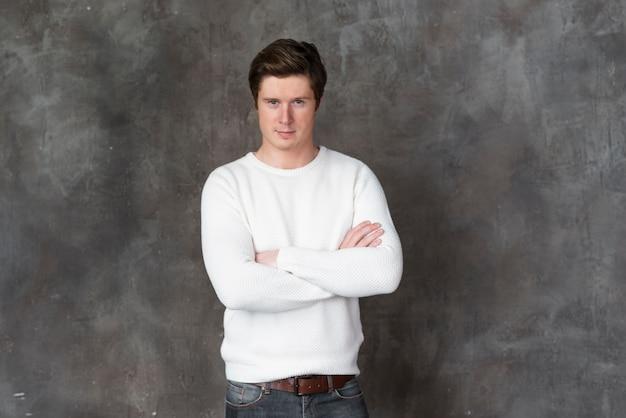 Homem de blusa branca posando