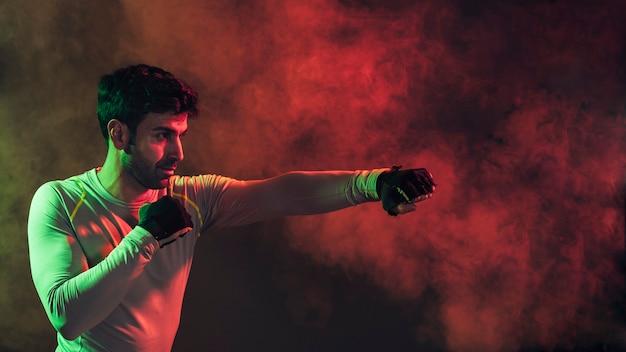 Homem de boxe grave fumaça