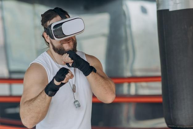 Homem de boxer com óculos vr lutando em realidade virtual simulada