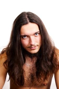 Homem de cabelo comprido, barbudo e peito peludo