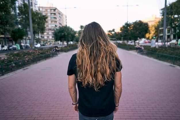 Homem de cabelos compridos na rua