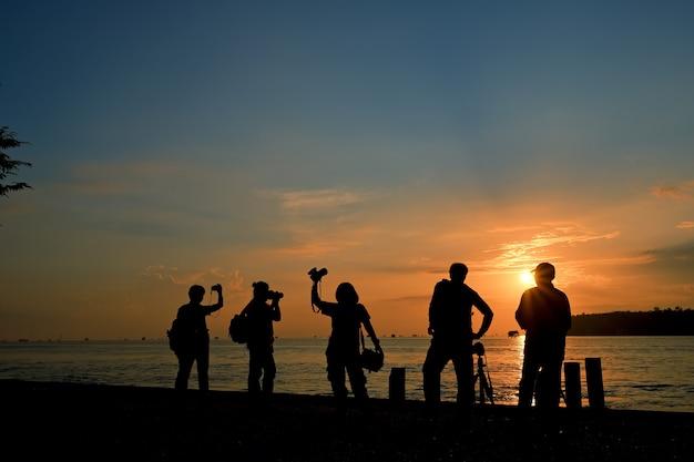 Homem de câmera de grupo de silhueta