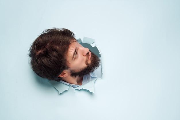 Homem de camisa azul rompendo o plano de fundo do escritório