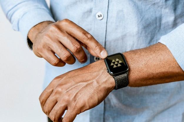Homem de camisa azul usando seu smartwatch
