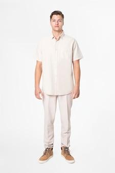 Homem de camisa bege e calça casual, moda corpo inteiro