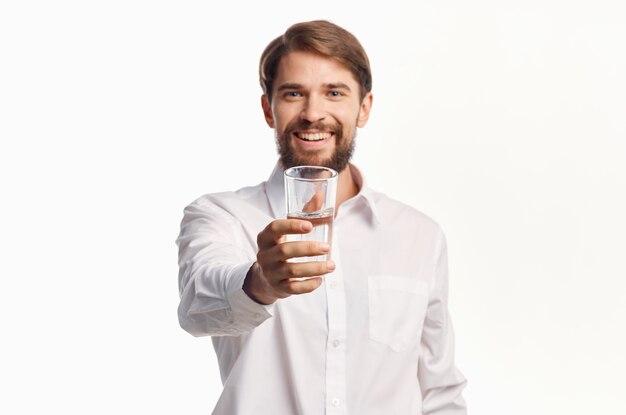Homem de camisa branca bebendo água isolada de fundo