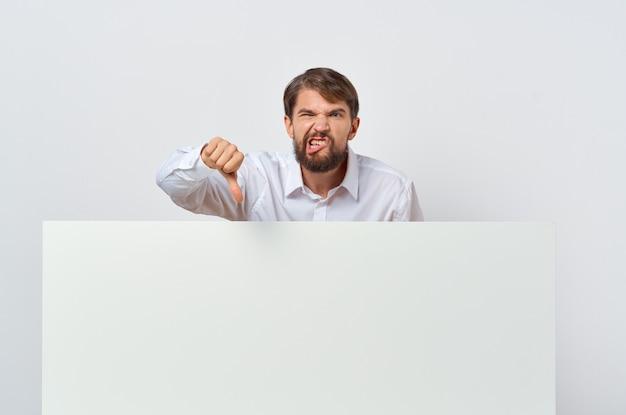 Homem de camisa branca com apresentação isolada de maquete branca