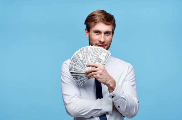 Homem de camisa branca com um pacote de dinheiro, dinheiro, dólares