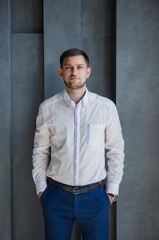 Homem de camisa branca e calça azul