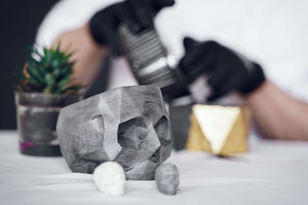 Homem de camisa branca trabalha com cimento