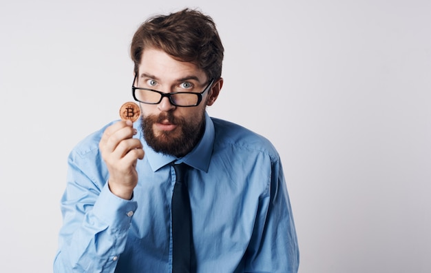 Homem de camisa com gravata criptomoeda bitcoin financier app economia