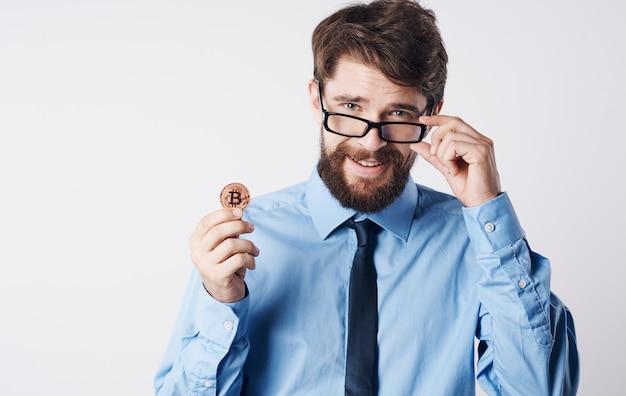 Homem de camisa com gravata finanças criptomoeda gerente bitcoin fundo claro