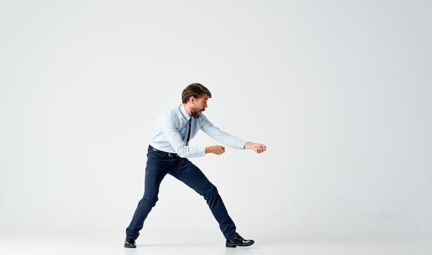 Homem de camisa com gravata gerente de escritório finanças emoções