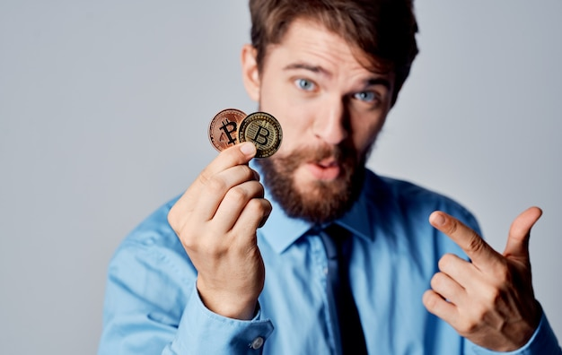Homem de camisa com tecnologia de carteira eletrônica de finanças de criptomoeda de gravata. foto de alta qualidade