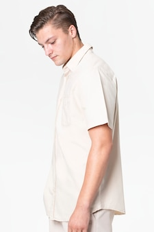 Homem de camisa e calça bege, moda casual