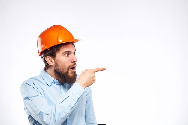 Homem de camisa laranja capacete segurança emoções construção visão recortada profissional.