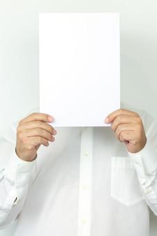 Homem de camisa segurando um lençol branco em branco