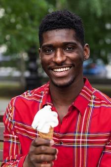 Homem de camisa vermelha tomando um sorvete