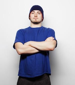 Homem de camiseta azul e chapéu azul.