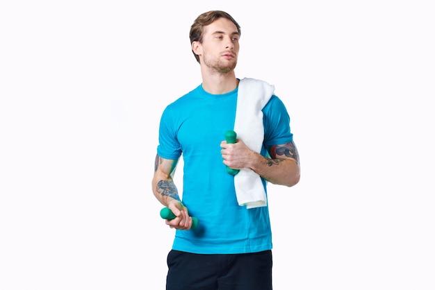 Homem de camiseta azul treino fitness exercício estilo de vida estúdio
