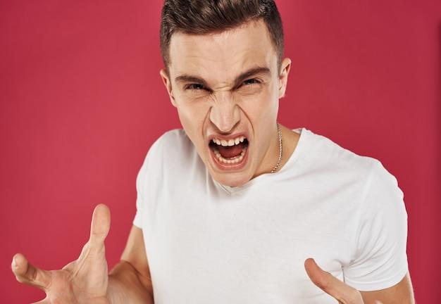 Homem de camiseta branca, close-up vermelho, insatisfação