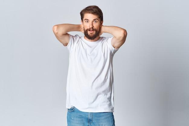 Homem de camiseta branca e desenho de maquete de jeans copy space lifestyle