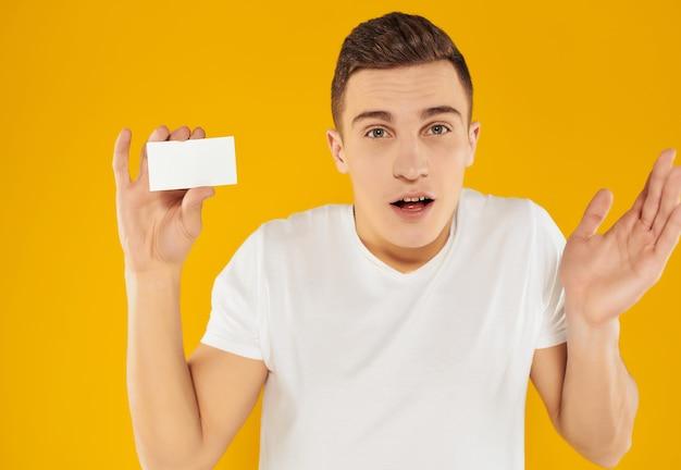 Homem de camiseta branca gerente de cartão de negócios cópia espaço de dados pessoais