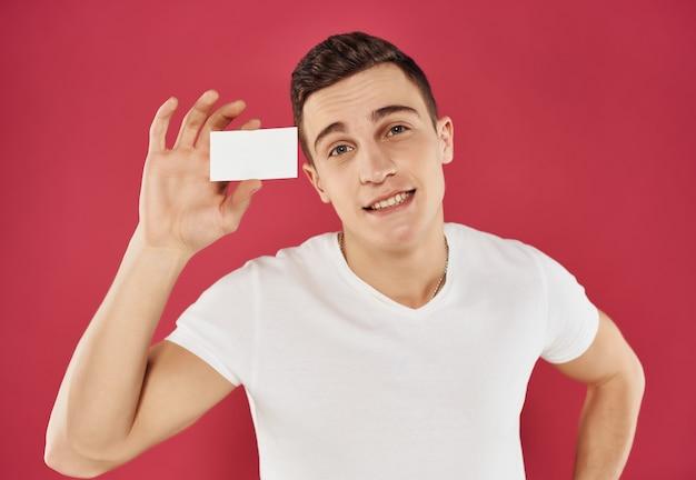 Homem de camiseta branca gerente de cartão de negócios - dados pessoais