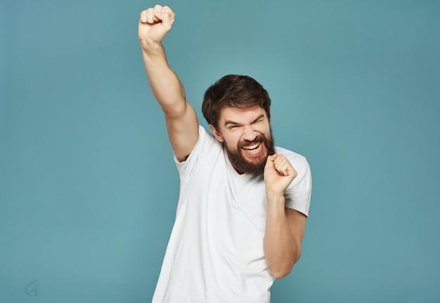Homem de camiseta branca irritado expressão facial fundo amarelo