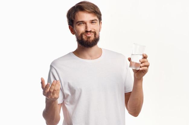 Homem de camiseta branca luz de fundo de cuidados de saúde