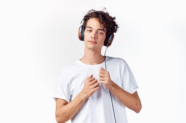 Homem de camiseta branca recortada fones de ouvido música entretenimento