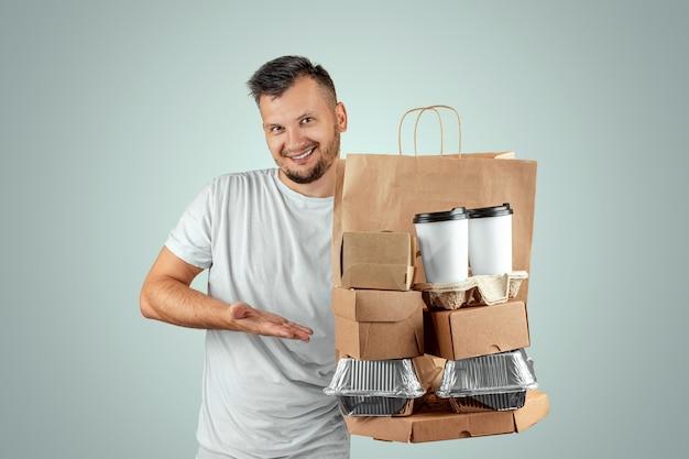 Homem de camiseta brilhante, dando uma ordem de fast-food, isolada em um fundo azul