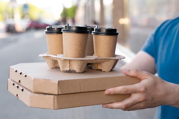 Homem de camiseta entregando comida para viagem